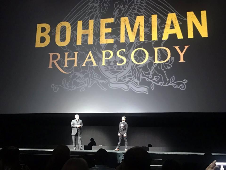 Rami Malek sobre el escenario, presentando el teaser de Bohemian Rhapsody.