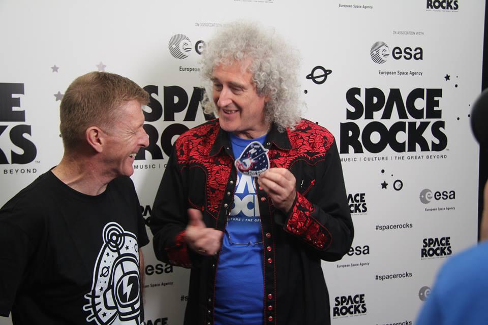 La foto muestra el momento en que el astronauta británico, Tim Peake, le presentó a Brian May un parche de misión en el espacio. Space Rocks.
