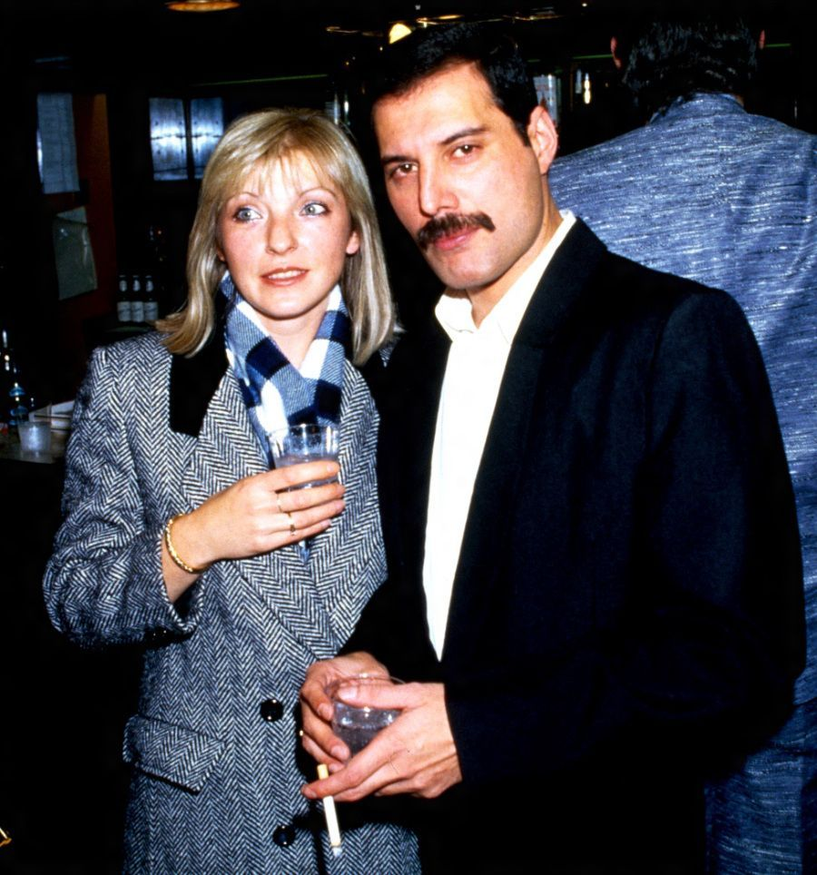 Mary Austin y Freddie Mercury. Rami Malek.