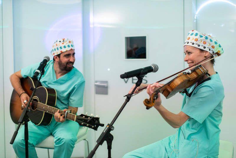Alex Ubago y Sharon Corr, violinista de The Corrs, en el concierto ofrecido en la sala de los embriones del Instituto Marqués. Mozart, Queen.