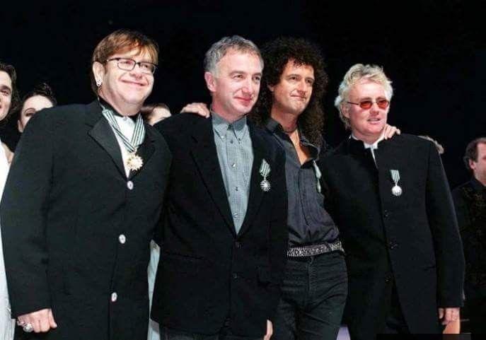 Elton John, John Deacon, Brian May y Roger Taylor en París, 1997.