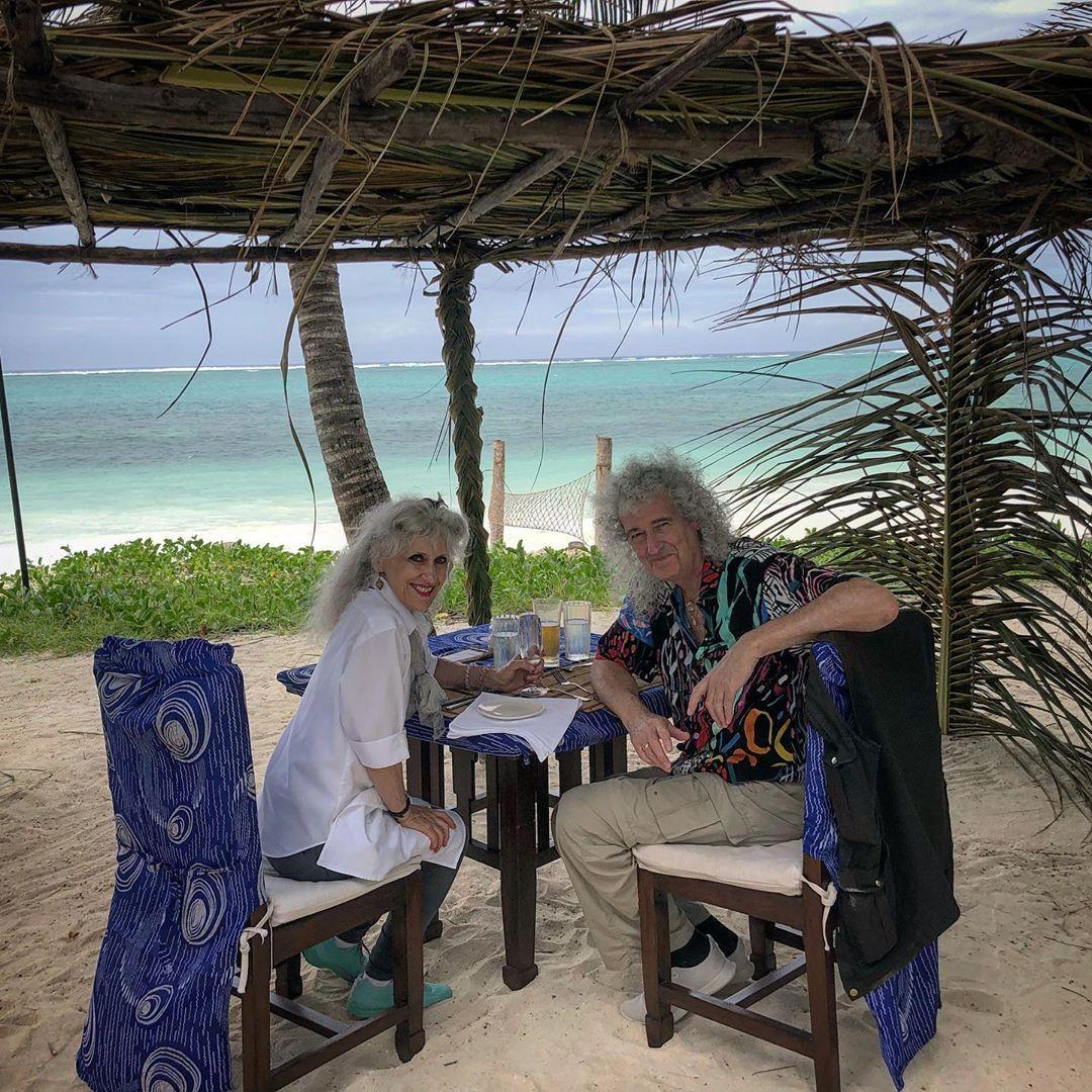 El guitarrista de Queen con su esposa Anita Dobson.